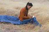Femme asiatique, écrivant dans le journal — Photo
