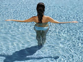 Hispanic woman in swimming pool — Stock Photo