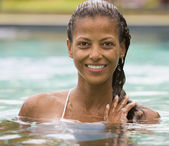 African woman in swimming pool — Stock Photo