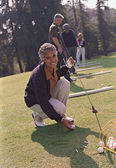 Senior African American woman playing golf — Stock Photo