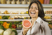 Hispanic woman shopping in grocery store — Stock Photo