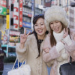 Asian women making peace sign hand gesture — Stockfoto
