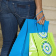 Hispanic woman holding shopping bags — ストック写真