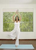 アジアの女性のヨガを練習 — ストック写真