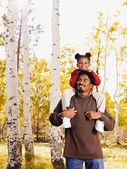 Hija de padre africano tenencia en hombros — Foto de Stock