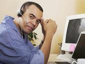 Pazifische Insulaner Mann tragen headset — Stockfoto