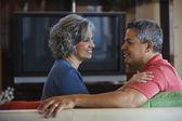 多民族のカップルがお互いに笑みを浮かべて — ストック写真