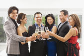 Parejas multiétnicas brindando con champán — Foto de Stock