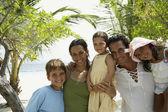 Famiglia ispanica abbracciarsi in spiaggia — Foto Stock