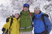 Amigos asiáticos en paisaje nevado — Foto de Stock