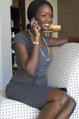 Empresaria africana hablando por teléfono celular — Foto de Stock
