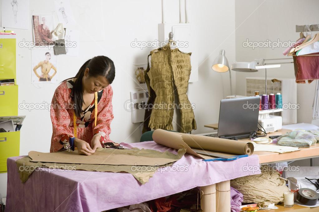 Dise ador de moda femenina asi tica en taller fotos de - Disenador de fotos ...