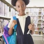 アフリカ系アメリカ人女の子ホールディング バックパック — ストック写真