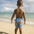 Pacific Islander boy looking at ocean — 图库照片