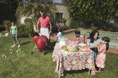 İspanyol aile kızartıyorlar — Stok fotoğraf