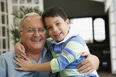 Hispano abuelo y nieto abrazando — Foto de Stock