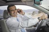 Hispanic zakenman praten op mobiele telefoon — Stockfoto