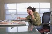 Vrouwelijke ontwerper gemengd ras praten over de telefoon — Stockfoto