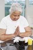 Starszy african american kobieta mówiąc łaski — Zdjęcie stockowe