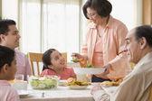 Família hispânica na mesa de jantar — Foto Stock