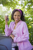 African American woman leaning on car — Stock Photo