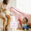 African grandmother offering granddaughter lemonade — Stock Photo