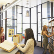 Teenagers in school library — Stockfoto