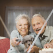 Senior couple watching television — Stockfoto