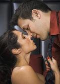 关门的情侣接吻 — 图库照片