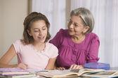 Nonna ispanica aiutando la nipote con i compiti — Foto Stock