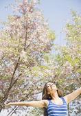 Bliskiego wschodu kobieta korzystających natura — Zdjęcie stockowe