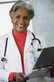 Doctora africana con historia clínica — Foto de Stock