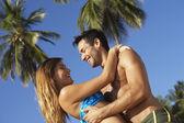 пара обниматься на пляже — Стоковое фото
