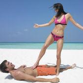 Mujer de pie al novio en la playa — Foto de Stock