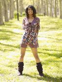 Mujer hispana en vestido y calentadores en el parque — Foto de Stock