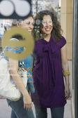 多族裔妇女站在商店的橱窗 — 图库照片