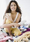 Dergi ve yatakta kahve tutan orta doğu kadın — Stok fotoğraf