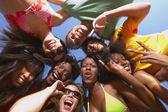 Etniska grupp vänner kramas — Stockfoto
