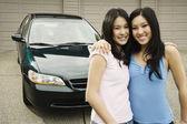 Asian sisters hugging in driveway — Stock Photo