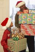 Africano abuelo y nieto llevando regalos de navidad — Foto de Stock
