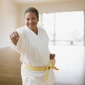 Hispanic woman practicing martial arts — Stock Photo