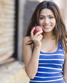 Mellanöstern woman holding apple — Stockfoto