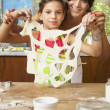 Hispanic mother and daughter making cookies — Stockfoto