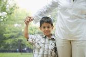 Hispanic boy holding mother's hand — Foto de Stock