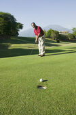 Hispanic man playing golf — Stockfoto