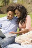 Afroamerikaner paar blick auf laptop — Stockfoto