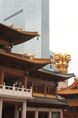 Ancient temple in the heart of the modern metropolis — 图库照片