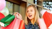Femme heureuse magasinage et portant sacs — Photo