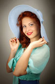 在工作室的大蓝帽子的女孩 — 图库照片