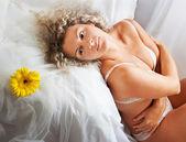 她在家里的床上睡觉的女人 — 图库照片